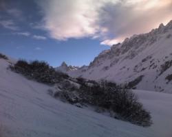 L'Aiguille Noire, proche du domaine skiable, peut recevoir beaucoup de neige dans certaines situations alors qu'à Valloire, le temps reste sec, voire ensoleillé...
